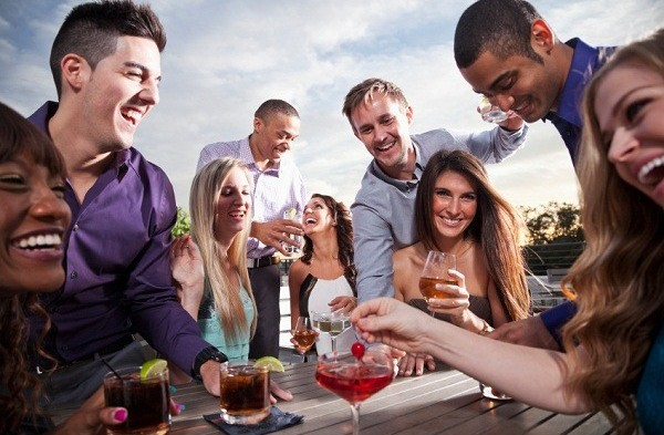 外国人と飲みに行くとつい話す話題って?